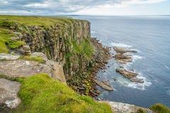 在Dunnet头的风景峭壁,在Caithness,苏格兰的北海岸的,了不起的小温大陆的最北方的点  免版税图库摄影