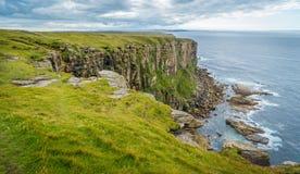 在Dunnet头的风景峭壁,在Caithness,苏格兰的北海岸的,了不起的小温大陆的最北方的点  免版税库存照片