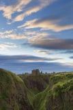 在Dunnottar城堡的日落在苏格兰海岸 免版税图库摄影