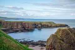 在Dunnottar城堡,苏格兰附近的岩石海岸视图 免版税库存图片