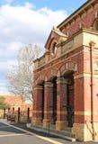 在Dunolly的淘金热天期间, 1887威尼斯式哥特式城镇厅在1884最初被修建了作为法院 免版税库存照片