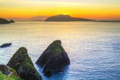在Dunquin海湾的日落在幽谷半岛 免版税库存图片