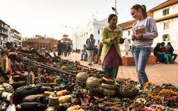 在Durbar的未认出的卖主纪念品在加德满都,尼泊尔摆正 库存图片