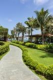 在Dusit Moonrise公主海滩胜地的一条弯曲的路 免版税库存图片