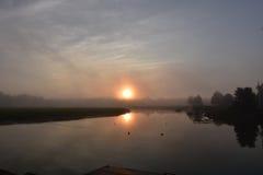 在Duxbury海湾的反射在日出在一个有雾的早晨 免版税库存图片