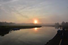 在Duxbury海湾的太阳上升的反射在一个有雾的早晨 免版税图库摄影