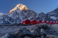 在Dzongla村庄,珠穆琅玛地区的红色帐篷 免版税库存照片
