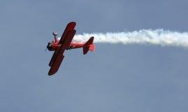 在EAA AirVenture Airshow的红色双翼飞机圈 免版税库存图片