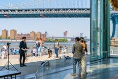 在East河婚礼摄影会议纽约和布鲁克林珍妮的转盘的曼哈顿大桥 库存照片