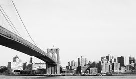 在East河的布鲁克林大桥从新观看了 库存照片