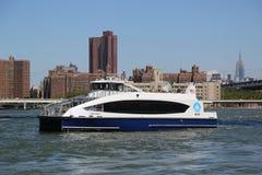 在East河的纽约渡轮 免版税库存照片