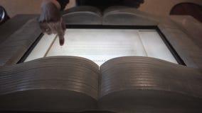 读在Ebook的妇女一本书在博物馆 免版税库存图片