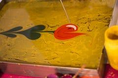 在ebru或使有大理石花纹的技术的郁金香在ebru盘子 免版税库存照片