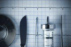 在ECG图表的葡萄酒医疗金属工具 库存图片