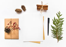 在eco纸的礼物盒和在白色背景的一封信件 圣诞节或其他假日概念,顶视图,平的位置 免版税库存照片