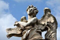 在ectasy的天使与从Ponte Sant'Angelo的INRI标志,在罗马 库存照片