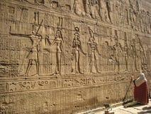 在Edfu寺庙墙壁上的象形文字。 埃及 免版税库存图片