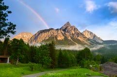 在Ehrwalder Sonnenspitze在阿尔卑斯- Ehrwald,蒂罗尔,奥地利的彩虹 库存照片