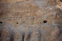 在Ein Gedi绿洲,以色列的岩石山 免版税库存照片