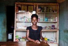 在einem多尔夫的Apotheke在乌干达 免版税库存照片