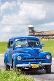 在El附近Morro城堡的老汽车在哈瓦那 图库摄影