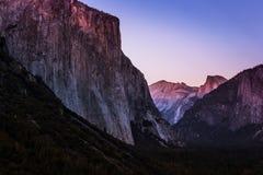 在El Capitan &半圆顶的微明 免版税库存图片