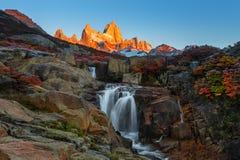 在El Chalten附近的费兹罗伊山,在南部的巴塔哥尼亚,在阿根廷和智利之间的边界 从轨道的黎明视图 免版税库存照片