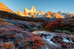在El Chalten附近的费兹罗伊山,在南部的巴塔哥尼亚,在阿根廷和智利之间的边界 从轨道的黎明视图 免版税库存图片