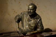 在el floridita的欧内斯特Hemingway雕象 免版税库存图片