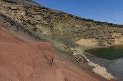 在El Golfo的五颜六色的岩石在兰萨罗特岛 免版税库存照片