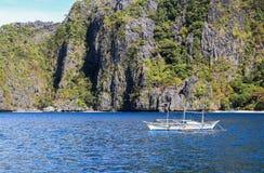 在El Nido,菲律宾海滩的小船  库存图片