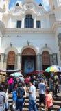 在El Quinche的维尔京的圣所的入口的活动 作为他的议程一部分,弗朗西斯科I教皇参观了这个教会 免版税库存图片