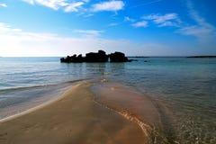 在Elafonisi的岩石靠岸与粉红沙子 免版税库存照片