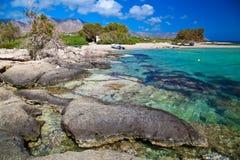 在Elafonissi海滩的大岩石 免版税库存图片