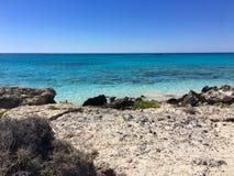 在Elafonissi的美丽的清楚的水靠岸,克利特 库存图片