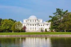 在Elagin海岛在春天,圣彼德堡, Ru上的Elagin宫殿 库存图片