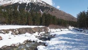在Elbrus山4k录影附近的河 股票录像