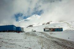 在Elbrus峰顶附近的高山阵营 免版税库存照片