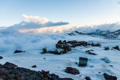 在Elbrus的风雨棚 库存照片