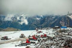 在Elbrus积雪的倾斜的红色ratrak  图库摄影