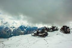 在Elbrus积雪的倾斜的雪上电车  免版税图库摄影