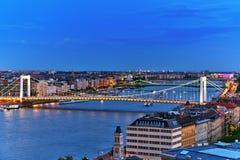 在Elisabeth桥梁和布达佩斯,桥梁连接的全景视图 库存照片