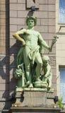 在Eliseevsky商店门面的雕塑`贸易`  彼得斯堡圣徒 免版税图库摄影