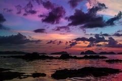 在ElNido,巴拉望岛,菲律宾的美好的五颜六色的日落 免版税库存照片
