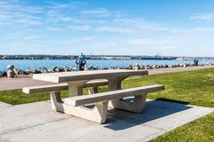 在Embarcadero北部小游艇船坞的公园的野餐桌 免版税库存照片