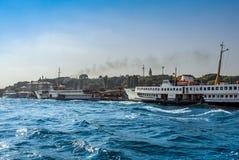 在Eminonu口岸的船 库存图片