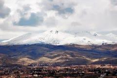 在Emmett,有雪的爱达荷附近的风景谷加盖了山 免版税库存图片