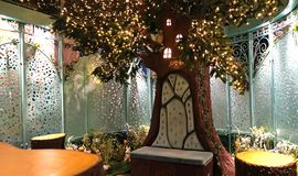 在Enchanted女王维多利亚大厦的庭院亭子里面在第2级上 图库摄影