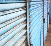 在englan伦敦栏杆钢和backgroun的蓝色抽象金属 免版税图库摄影