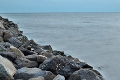 在Enoshima海岛,日本的岩石海岸 免版税库存照片